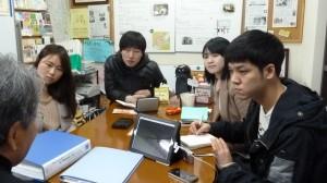 町田理事にインタビュー中のイルサンFMの皆さん