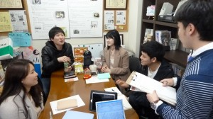京都新聞の記者から取材受けるイルサンFMの学生