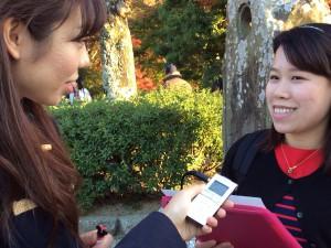 取材時の様子 左:福永 紗弓さん、右:中国から来られた女性
