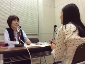 取材時の様子 左:枝松 こずえさん(人形劇を楽しむ会)、右:宮川 典子さん(ラジオボランティア)