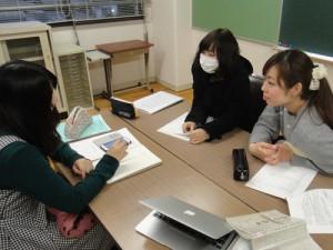 質問内容検討の様子 左:井場 菜央子さん、真ん中:嘉野加奈子さん、右:福永紗弓さん