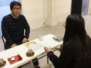 取材時の様子 左:秋山シュン太郎さん(発起塾代表)、右:宮川典子さん(ラジオ制作チーム「東山キコカ」)