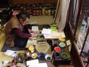 木版画の手摺り作業の様子