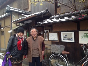 市村一房堂前にて 左:萩 由利絵さん(東山キコカ)、右:市村 守さん(市村一房堂)
