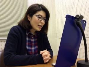 ナレーション収録の様子(ラジオ制作チーム「東山キコカ」岡内一美さん)