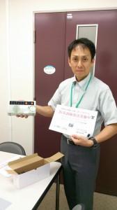 京都市防災危機管理室担当課長滝本さんに試作機を渡す。避難所運営訓練会場でデモ受信しました。2014-8-28