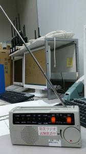 京都市防災危機管理室担当課長滝本さんに防災ラジオの試作機を渡す2