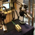 寺町通りを見下ろすFM797京都三条ラジオカフェの生放送スタジオ